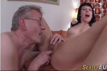 Tini csaj egy nagypapának terpeszt be