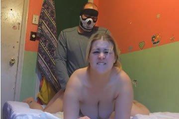 Ezúttal apa kefél maszkban